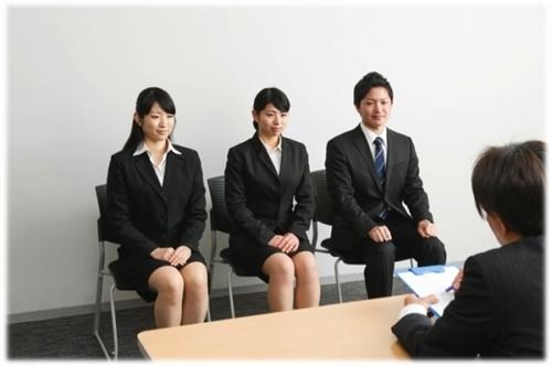 """<% metaKeywords %></noscript>"""" /><br /> 損保ジャパンと日本興亜が2014年から合併して成立した、損保ジャパン日本興亜は金融系就活生の中でも常に人気ですね。</p><p>保険業界だと3位に位置していますが、単体として考えると純利益だと1位の実績を誇ります。</p><p>【グループ純利益】</p><ul><li>1位 東京海上ホールディングス           2,545億円</li><li>2位 MS&ADインシュアランスホールディングス  1,815億円</li><li>3位 損保ジャパン日本興亜ホールディングス   1,595億円</li></ul><p>【単体純利益】</p><ul><li>1位 東京海上日動火災    3,016億円</li><li>2位 損保ジャパン日本興亜  1,262億円</li><li>3位 三井住友海上火災    1,139億円</li></ul><p><span style="""